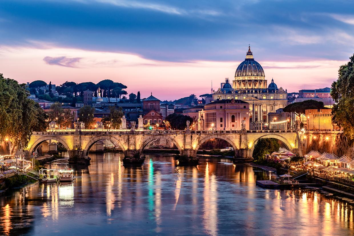 Image of a bridge over the Tiber river in Rome